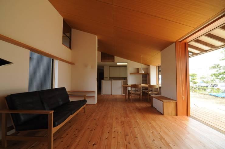 リビングからダイニング: 加藤武志建築設計室が手掛けたリビングです。,オリジナル 木 木目調