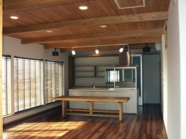 ピロティーを持つ、狭小地に建つ家: 株式会社丹羽設計企画が手掛けたです。