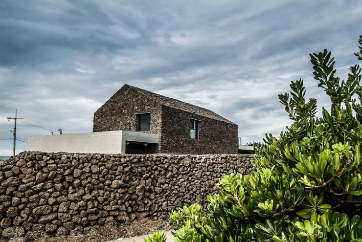 Rumah by ZeroLimitsArchitects