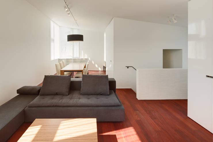 小平市Y邸: 一級建築士事務所マルスプランニング合同会社が手掛けたリビングです。