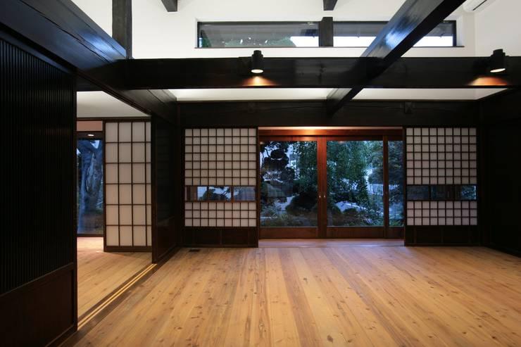 座間の古民家再生: 一級建築士事務所マルスプランニング合同会社が手掛けたリビングです。