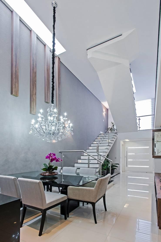 ESCADA E HALL : Salas de jantar  por Patrícia Azoni Arquitetura + Arte & Design