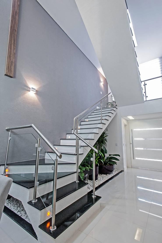 ESCADA COM JARDIM : Corredores e halls de entrada  por Patrícia Azoni Arquitetura + Arte & Design
