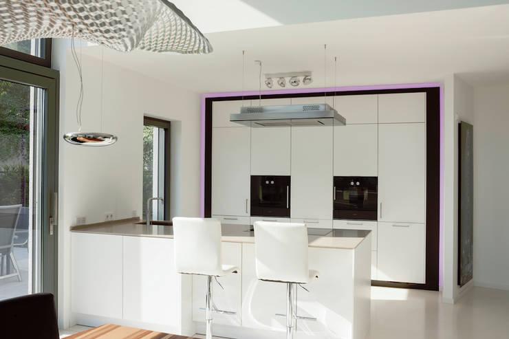 Küche mit Frühstücks-Theke :  Küche von in_design architektur