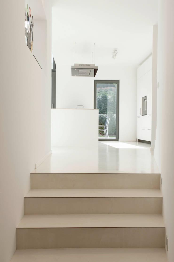 Split - Level Anordnung mit Blick in den Garten :  Flur & Diele von in_design architektur