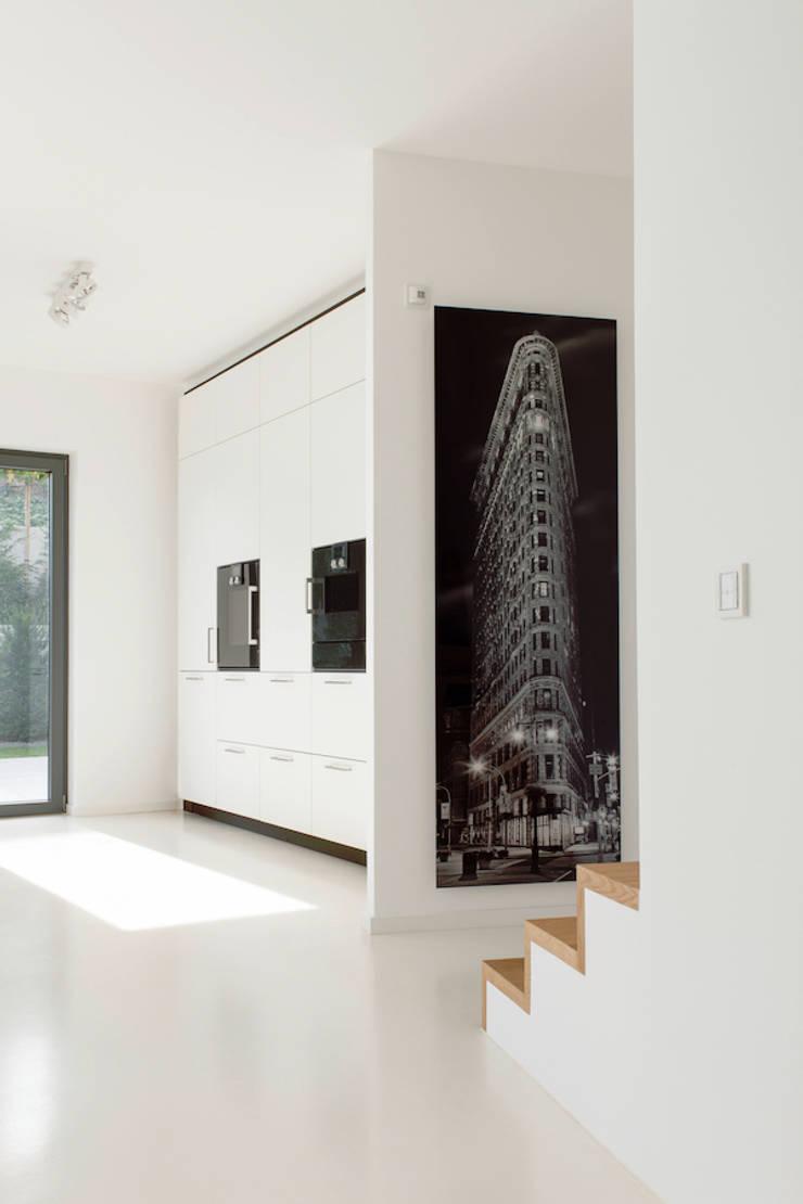 Küche mit Aufgang zu den Schlafräumen :  Küche von in_design architektur