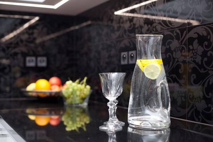 Kuchnia: styl , w kategorii Kuchnia zaprojektowany przez Viva Design - projektowanie wnętrz,Klasyczny Płytki