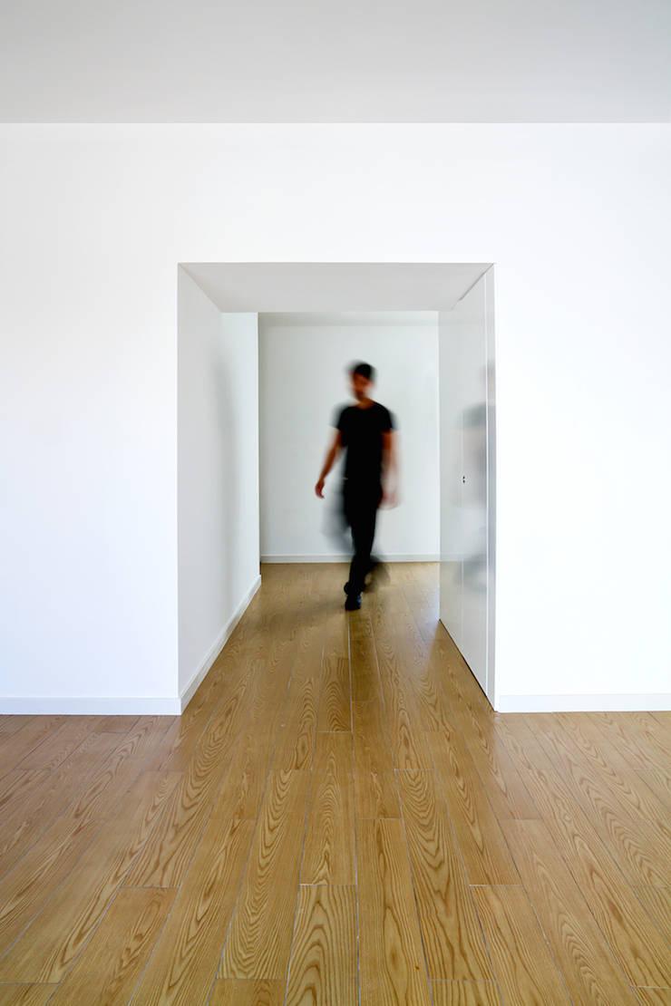 moradia JE: Salas de estar  por involve arquitectos