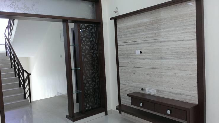 Apartment:  Corridor & hallway by bhavani&co