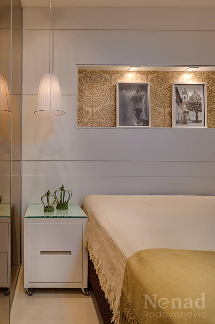 dormitório casal: Quarto  por Letícia Bowoniuk Arquitetura e Interiores