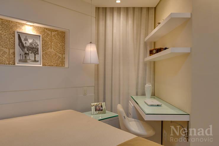 Спальная комната  в . Автор – Letícia Bowoniuk Arquitetura e Interiores