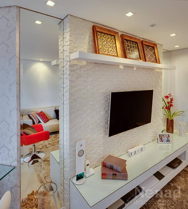 Apartamento Casal Jovem: Sala de estar  por Letícia Bowoniuk Arquitetura e Interiores