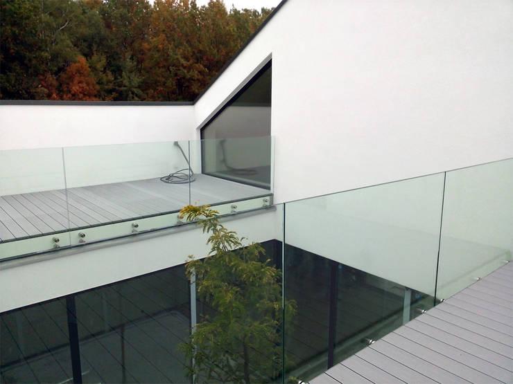 Dom z wycięciem w dachu: styl , w kategorii Taras zaprojektowany przez INOSTUDIO,Minimalistyczny