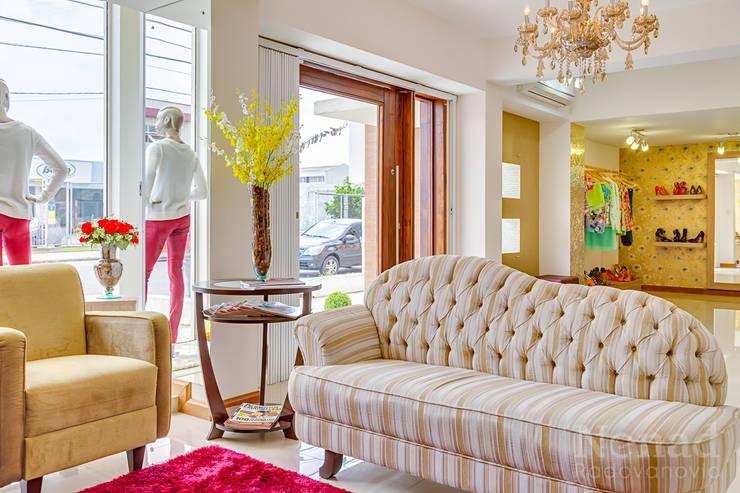 Loja De Roupas Feminina Espaços comerciais minimalistas por Letícia Bowoniuk Arquitetura e Interiores Minimalista
