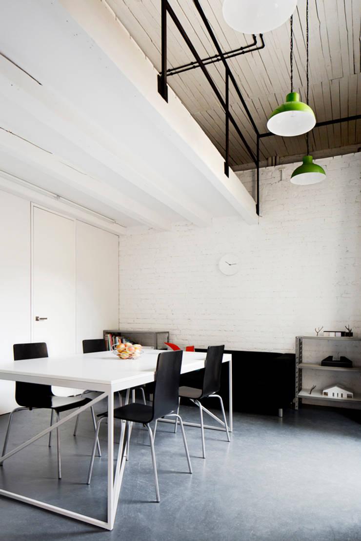 Przebudowa biura: styl , w kategorii Przestrzenie biurowe i magazynowe zaprojektowany przez INOSTUDIO,Industrialny