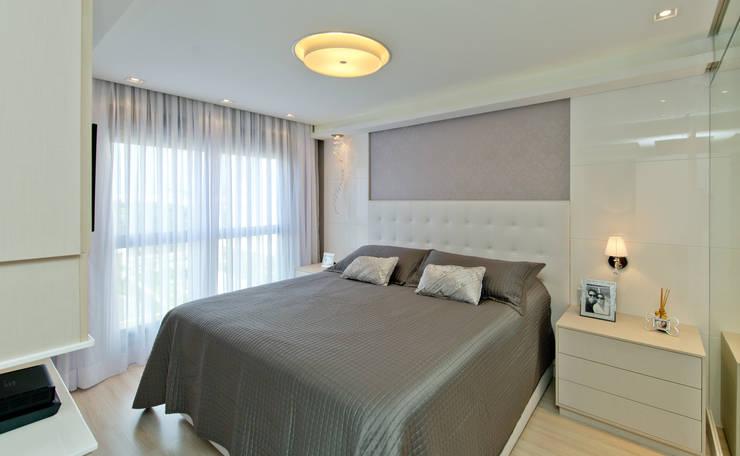 Camera da letto in stile  di Kris Bristot Arquitetura