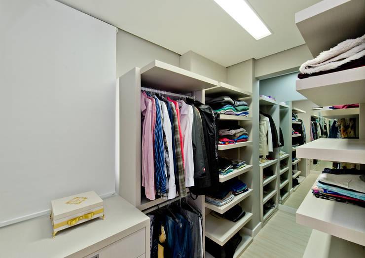 Apartamento Completo Itacorubi - M.N.B: Closets  por Kris Bristot Arquitetura