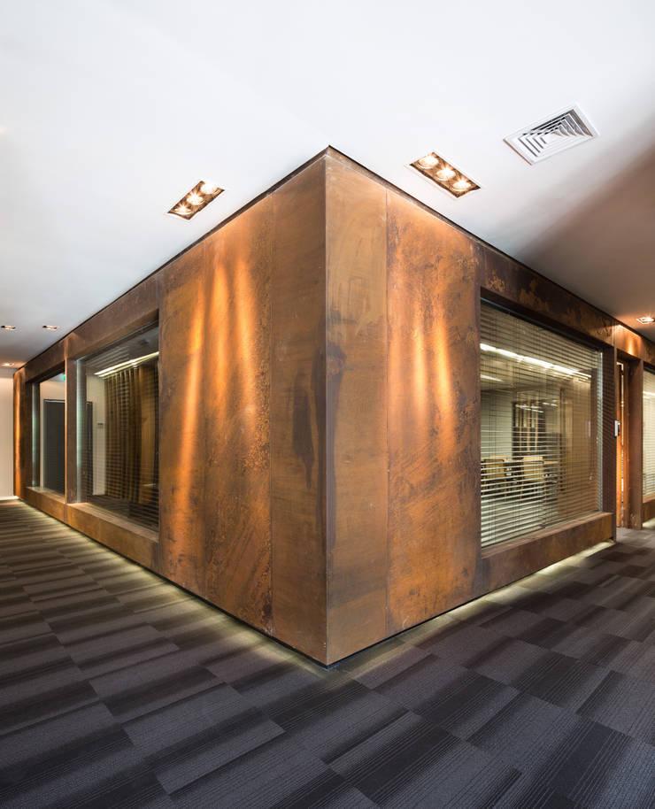 Andrade Maia Advogados: Espaços comerciais  por Mundstock Arquitetura