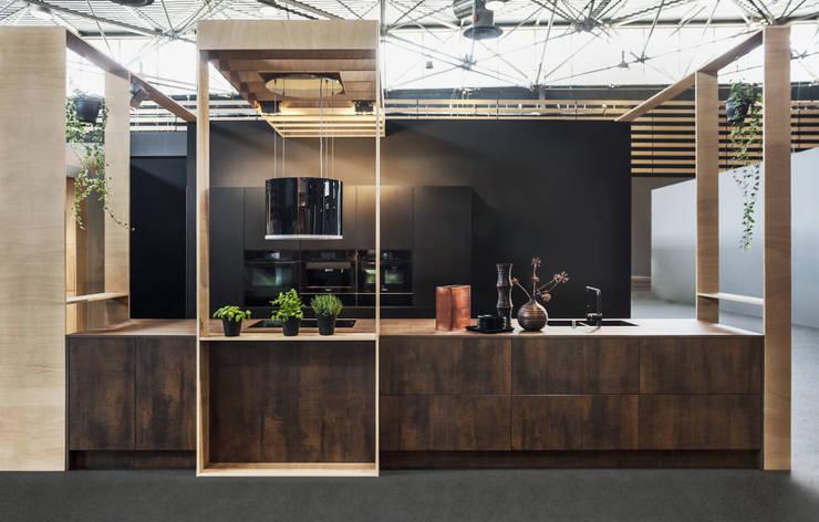 Sans équivalent, les nouvelles façades en céramique.: Cuisine de style  par CUISINE ESSENTIEL