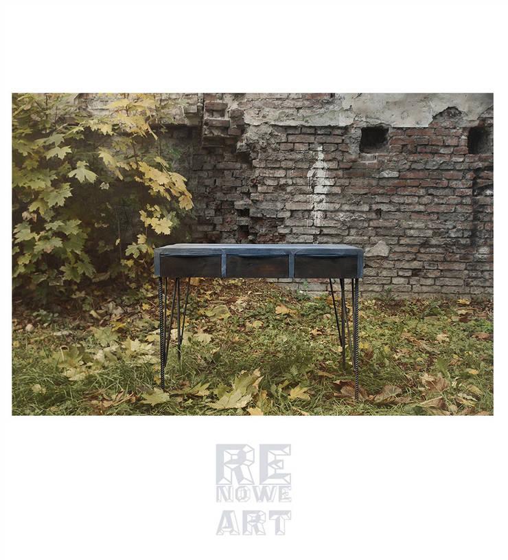 Sosnowe biurko ze stalowymi nogami: styl , w kategorii Domowe biuro i gabinet zaprojektowany przez ReNowe Art