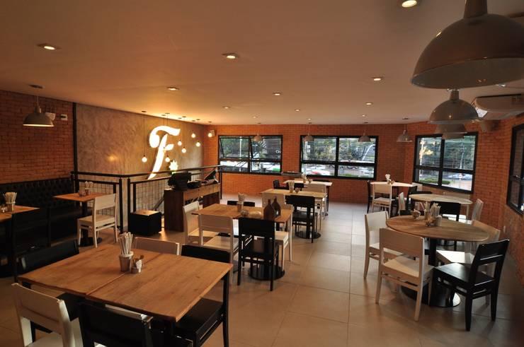 Fresto - Salão Superior: Espaços gastronômicos  por Atmosfera Arquitetura Sociedade Ltda