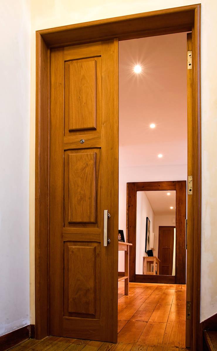 Apartamento CT: Corredores e halls de entrada  por involve arquitectos