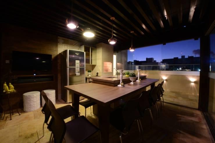 Área Gourmet em uma Cobertura: Terraços  por PATRÍCIA DINIZ-ARQUITETURA & INTERIORES