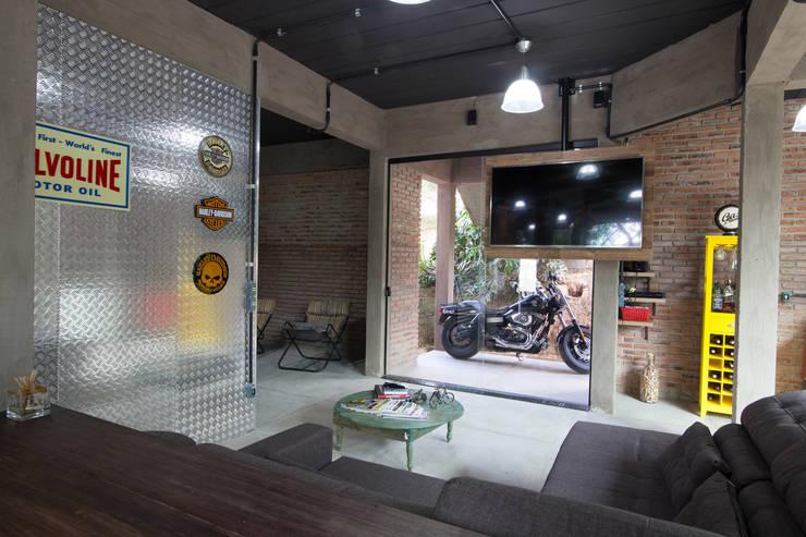 CASA LD: Salas de estar industriais por Mutabile
