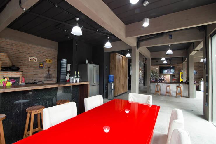 CASA LD: Salas de jantar industriais por Mutabile