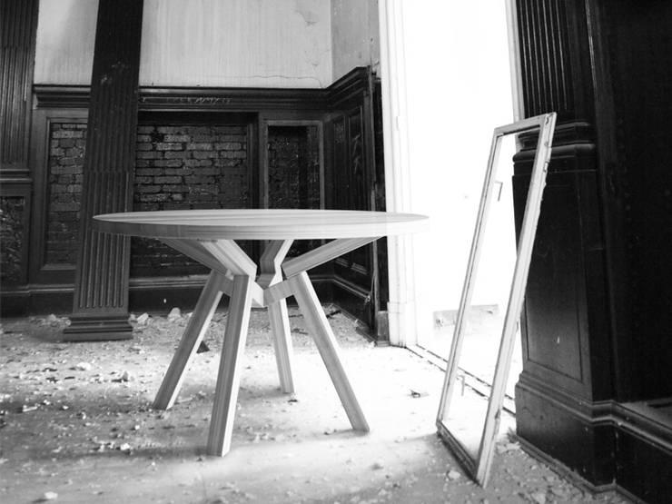HER stół dębowy: styl , w kategorii  zaprojektowany przez Iwona Kosicka Design,Minimalistyczny Drewno O efekcie drewna