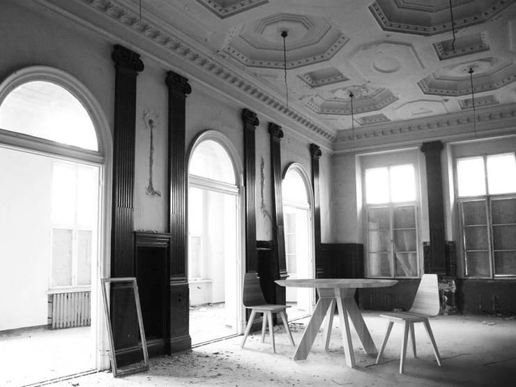 RUNDO stół dębowy / FORM krzesła: styl , w kategorii  zaprojektowany przez Iwona Kosicka Design,Minimalistyczny Drewno O efekcie drewna
