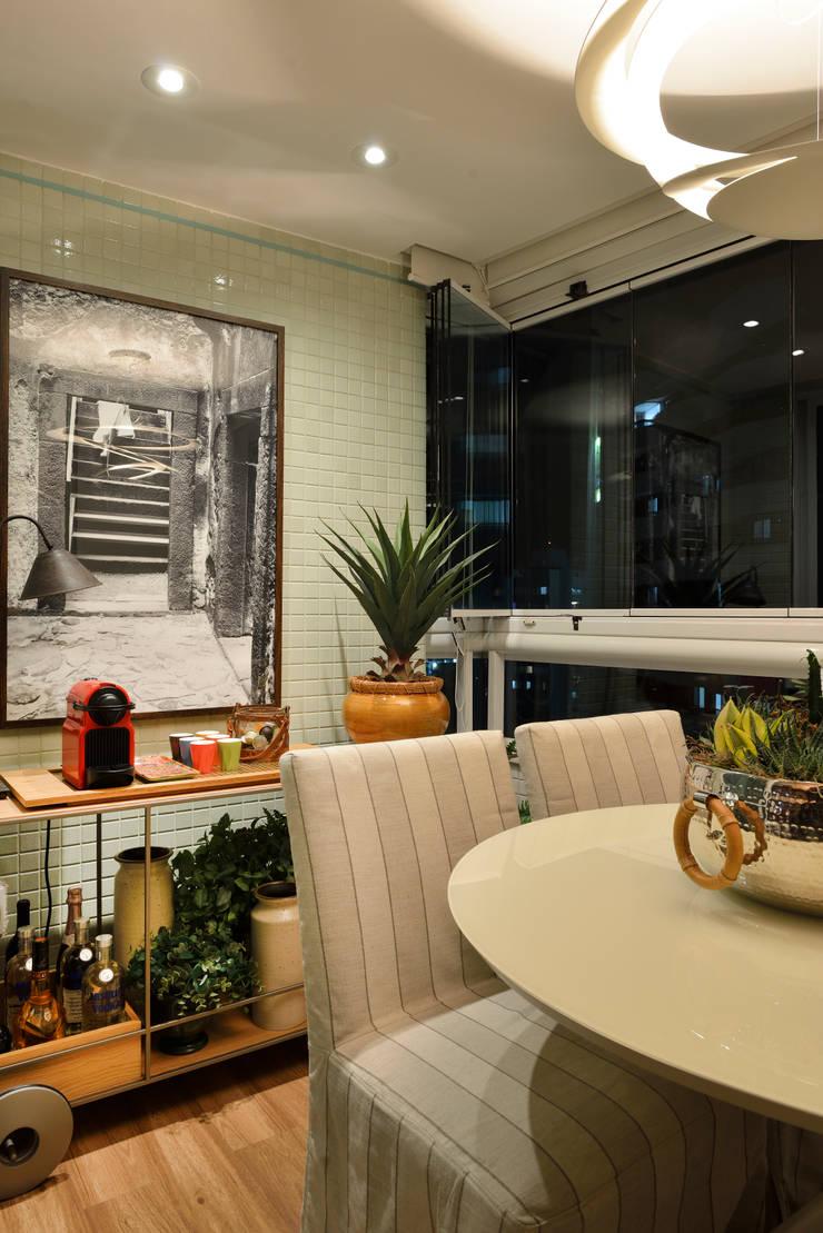 Apartamento pequeno – 43m²: Terraços  por Moreno e Brazileiro | Arquitetos
