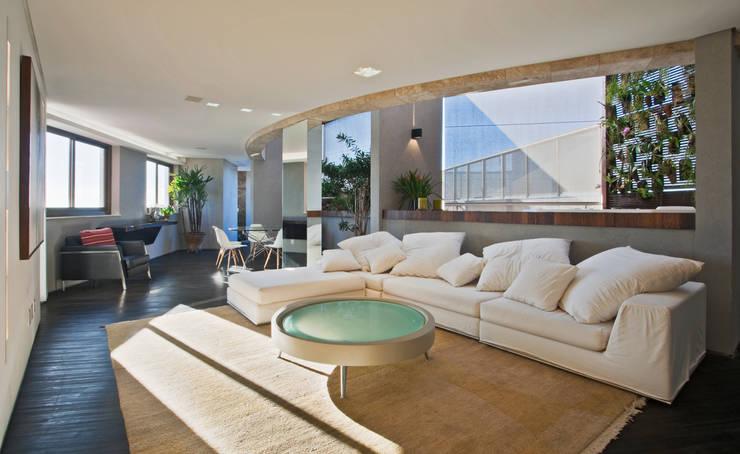 Cobertura Belvedere: Salas de estar  por Dubal Arquitetura e Design,
