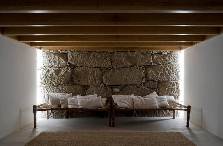 Casa Clara: Salas de estar minimalistas por BICA Arquitectos