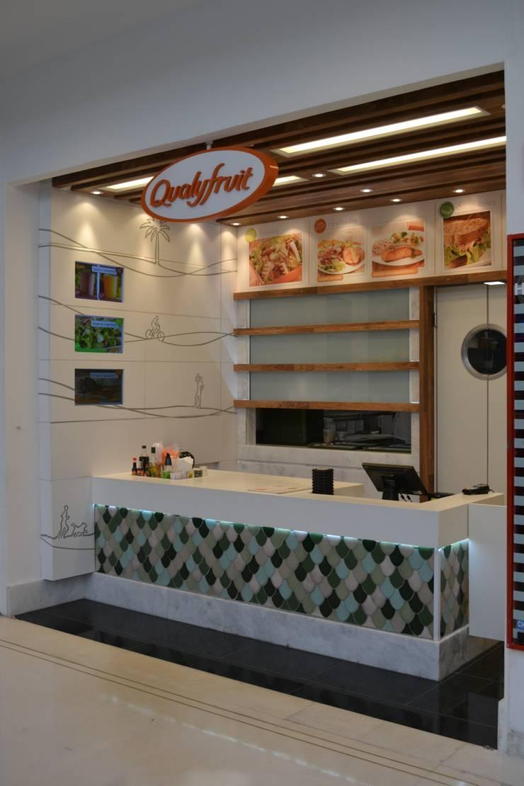Restaurante Qualyfruit: Espaços gastronômicos  por Atmosfera Arquitetura Sociedade Ltda