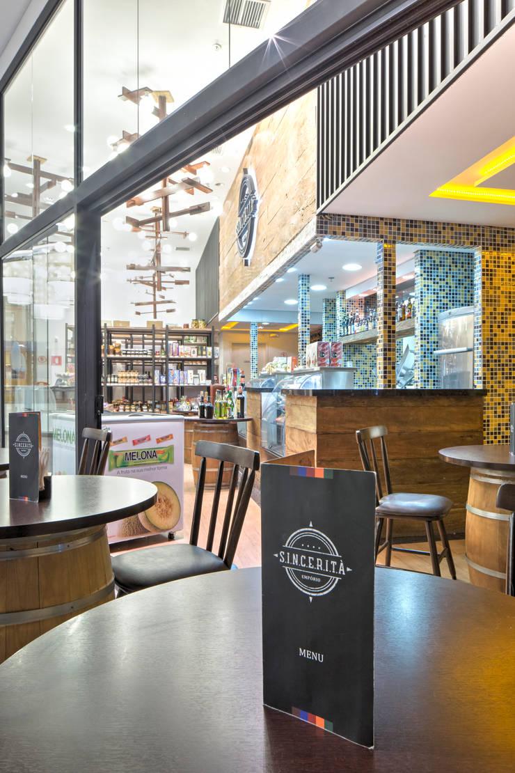 Empório Sinceitá - São Bernardo Plaza Shopping: Lojas e imóveis comerciais  por Atmosfera Arquitetura Sociedade Ltda,Rústico
