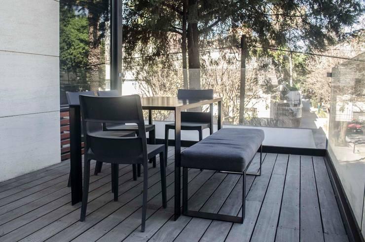 Mesa para terraza : Balcones y terrazas de estilo  por Estudio Negro
