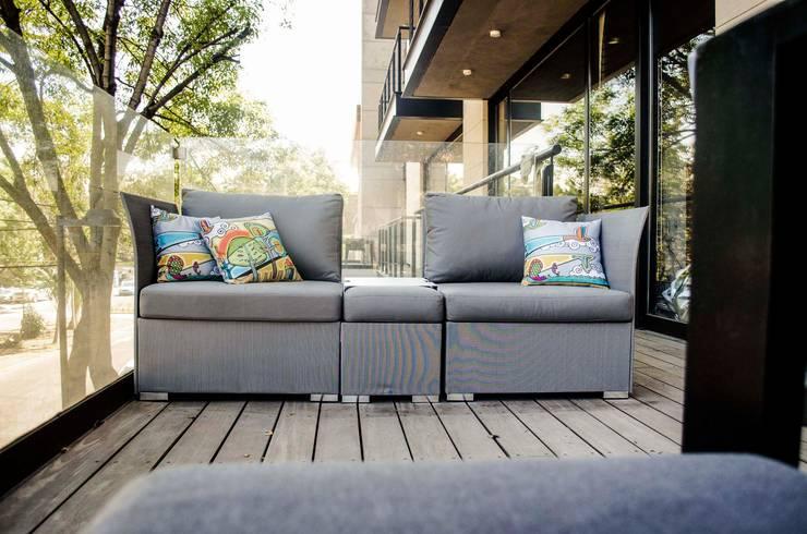 Sala de exteriores : Balcones y terrazas de estilo  por Estudio Negro