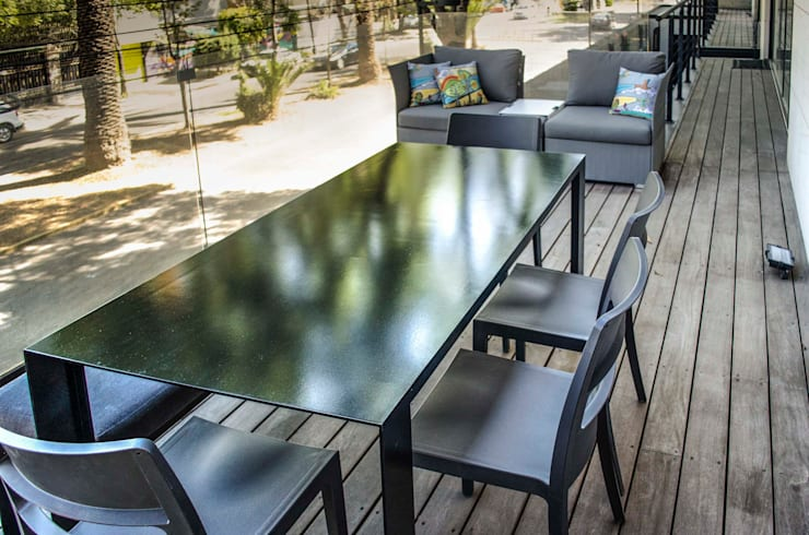 Mesa y sillas de exterior : Balcones y terrazas de estilo  por Estudio Negro