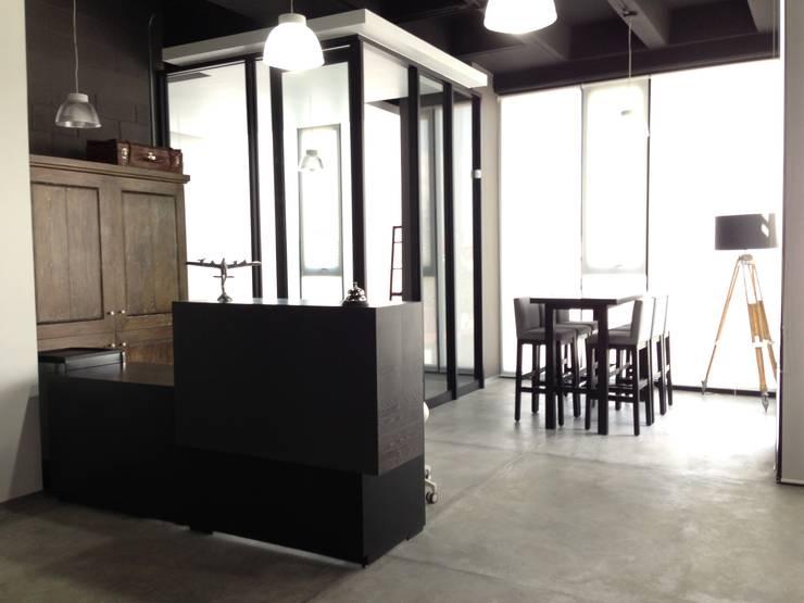 Vista : Oficinas y tiendas de estilo  por Estudio Negro