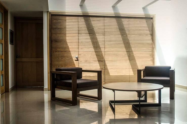 Sillas y mesa de centro : Vestíbulos, pasillos y escaleras de estilo  por Estudio Negro