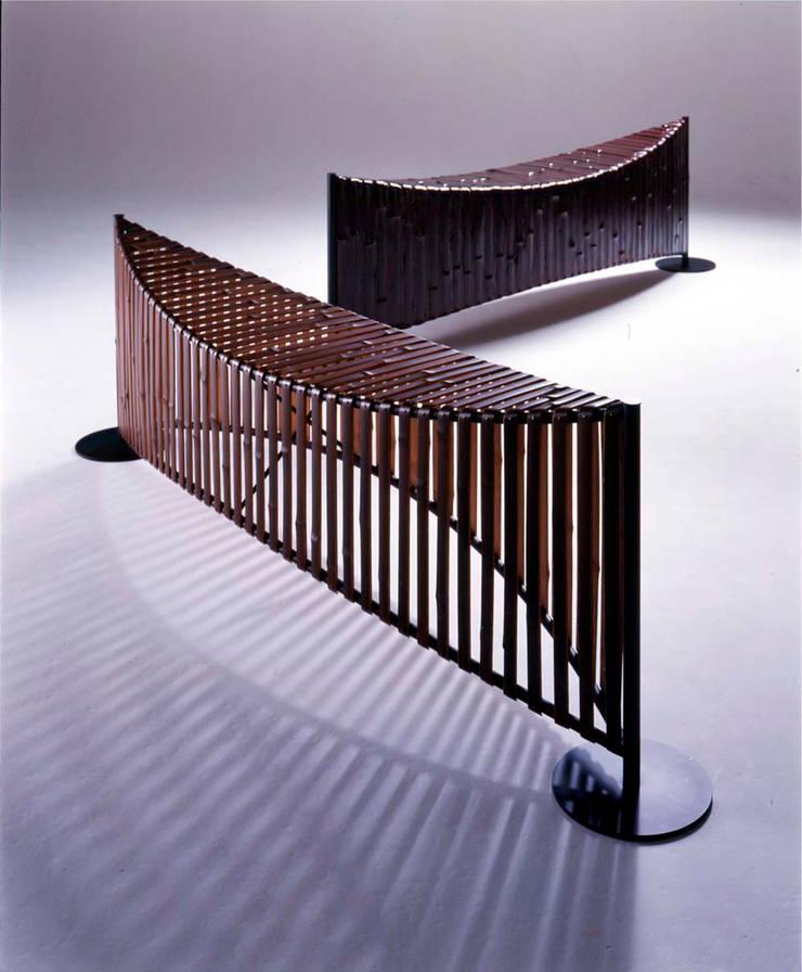The bamboo - ベンチ: 有限会社スペースマジックモンが手掛けたリビングルームです。