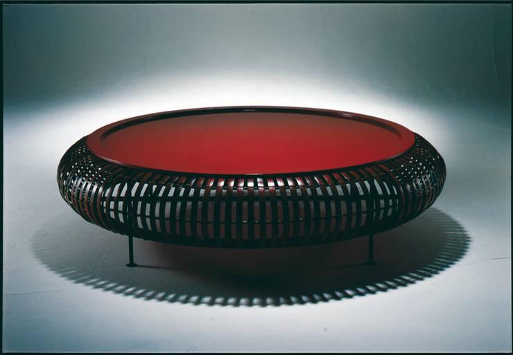 The bamboo - ラウンドテーブル: 有限会社スペースマジックモンが手掛けたリビングルームです。