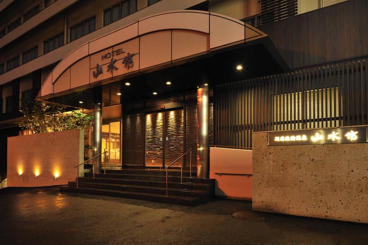 エントランス: 株式会社井上輝美建築事務所+都市開発研究所  aim.design studioが手掛けたホテルです。