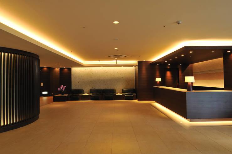 フロントロビー: 株式会社井上輝美建築事務所+都市開発研究所  aim.design studioが手掛けたホテルです。