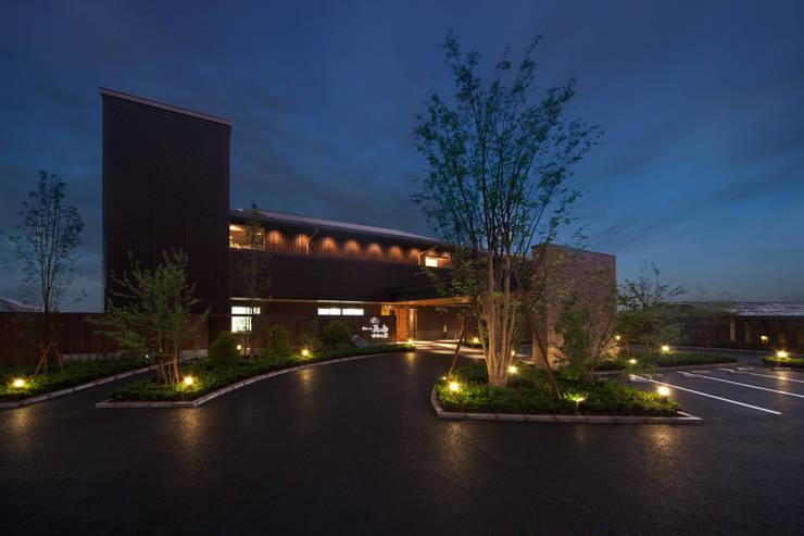 母屋 外観: 株式会社井上輝美建築事務所+都市開発研究所  aim.design studioが手掛けたホテルです。