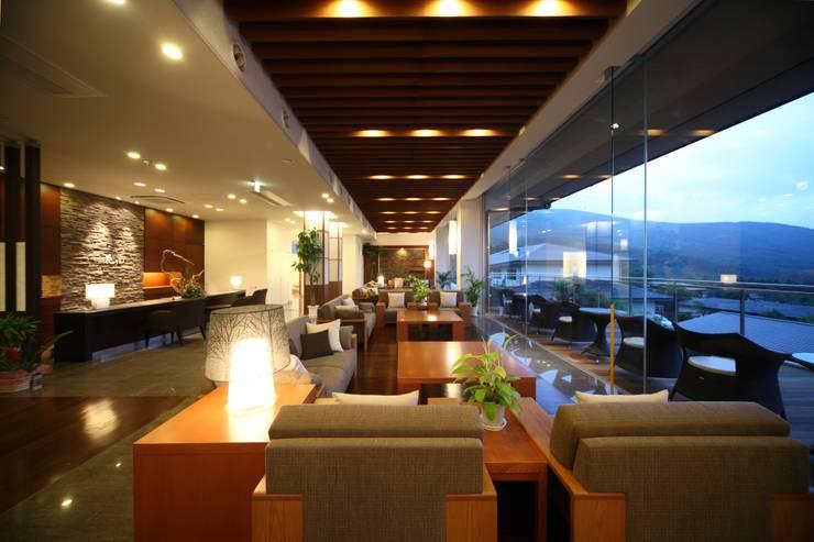 母屋 フロントロビー: 株式会社井上輝美建築事務所+都市開発研究所  aim.design studioが手掛けたホテルです。