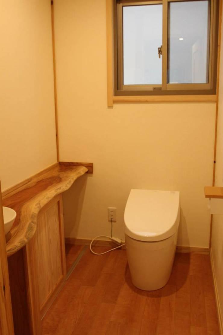 レストルーム: 株式会社粋の家が手掛けた洗面所&風呂&トイレです。