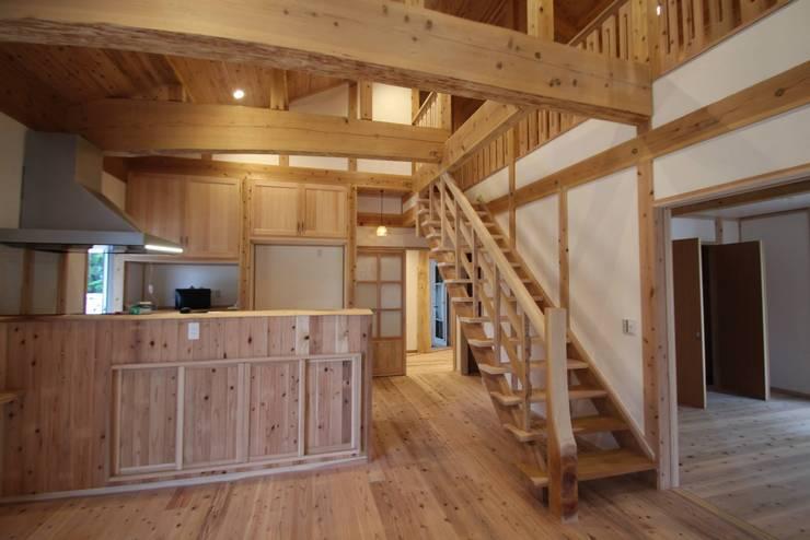スリット階段:無垢材: 株式会社粋の家が手掛けたダイニングです。