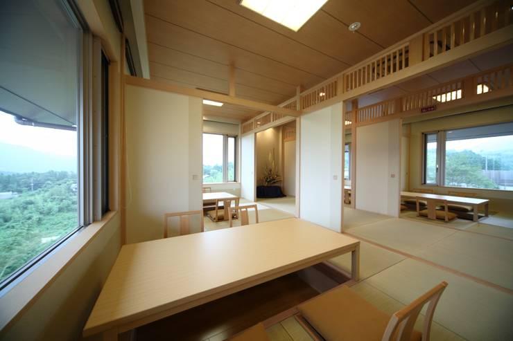 母屋 食事処: 株式会社井上輝美建築事務所+都市開発研究所  aim.design studioが手掛けたホテルです。